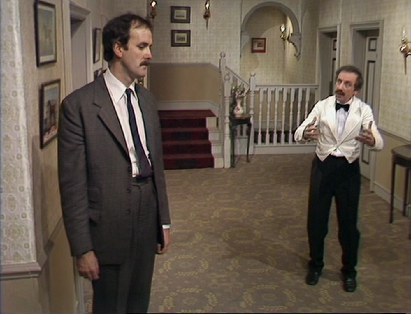fawlty towers 自己还mark下来想要看,没想到现在反而是因为mr jones而迷上了~ 伦敦charing cross hotel里定期举办fawlty towers主题晚宴,两小时的半即兴表演+3 course meal,墙.