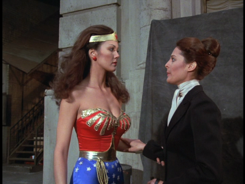 Wonder Woman talks with Cagilostro's assistant